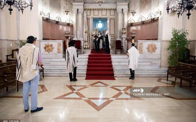 """Des fidèles portant des masques de protection lors du service de """"Chaharit"""" service, première prière publique du matin, à la """"Grande Synagogue de Marseille"""", le 28 mai 2020 (Crédit : CLEMENT MAHOUDEAU / AFP)"""