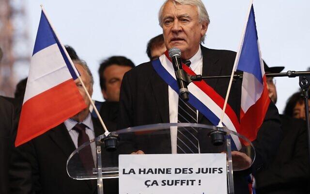 Le député Claude Goasguen prononce un discours alors qu'il participe à une réunion organisée à Paris par le CRIF dans le cadre des cérémonies de commémoration des sept victimes des attentats de Montauban et Toulouse, deux ans après les faits, le 19 mars 2014. (Crédit : Thomas SAMSON / AFP)
