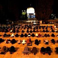 Des fidèles musulmans prient au Mont du Temple dans la Vieille Ville de Jérusalem le 31 mai 2020, après que le site a été fermé pendant plus de deux mois en raison de la pandémie de coronavirus. (Ahmad GHARABLI / AFP)