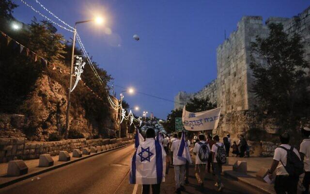 Des Israéliens arborant des drapeaux israéliens défilent dans la Vieille Ville de Jérusalem le 24 mai 2017 pour commémorer Yom Yeroushalayim, marquant la réunification de la ville après la Guerre des Six Jours de 1967. (AFP PHOTO / Menahem KAHANA)