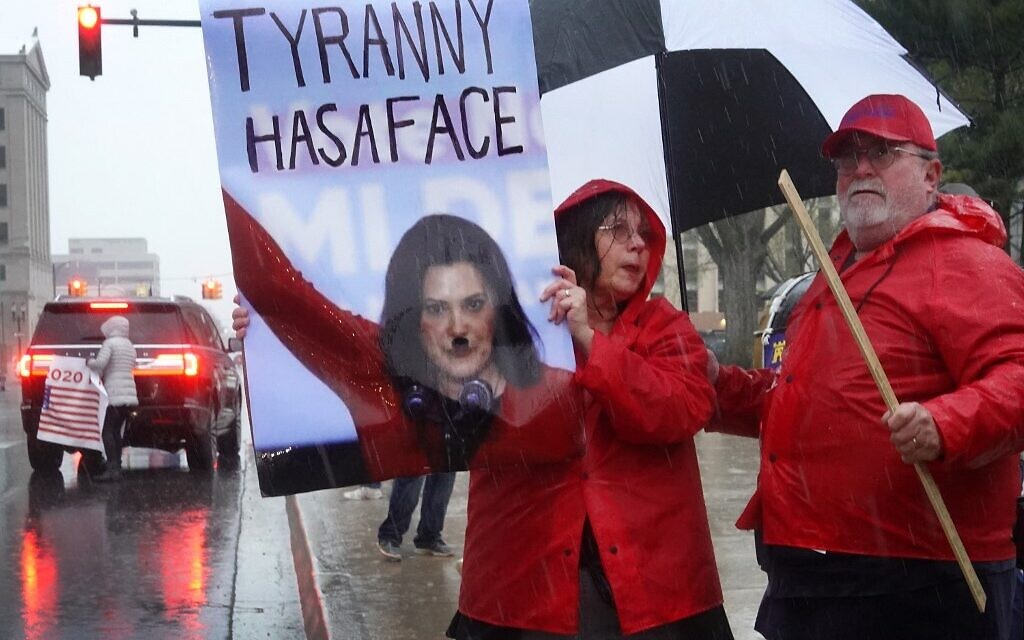 Des manifestants organisent un rassemblement devant le bâtiment de la capitale de l'État du Michigan pour protester contre l'ordre de confinement du gouverneur le 14 mai 2020 à Lansing, Michigan. (Crédit :  Olson/Getty Images/AFP)