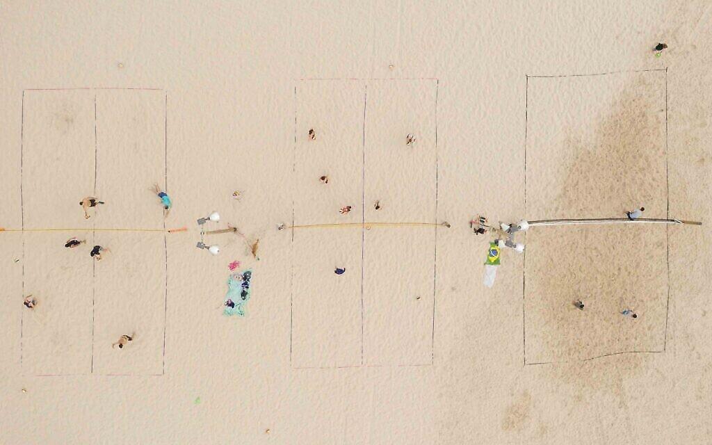 Parties de beach-volley sur la page Gordon, Tel Aviv, mai 2020. (Crédit : Lord K2)