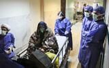 Un patient infecté par le coronavirus à l'hôpital Baqiyatallah Al'Azam affilié aux Gardiens de la révolution, à Téhéran, en Iran, le 7 mars 2020. (Crédit : Mohammad Hasan Zarifmanesh / Tasnim News Agency via AP)