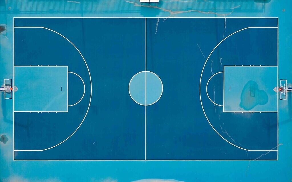 Un terrain de basketball au parc HaYarkon, mai 2020. (Crédit : Lord K2)