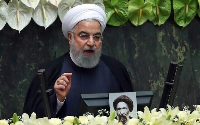 Le président iranien Hassan Rouhani prononce un discours lors de la session inaugurale du nouveau parlement à Téhéran, le 27 mai 2020. (Crédit : AFP)