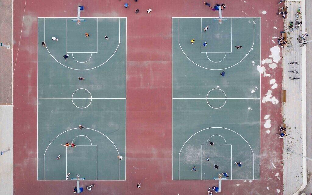 Des courts de basketball à Sportek, Tel Aviv, mai 2020. (Crédit : Lord K2)