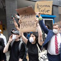 Des citoyens manifestent contre la mort de George Floyd à New York, le 29 mai 2020. (Crédit : AP / Mary Altaffer)