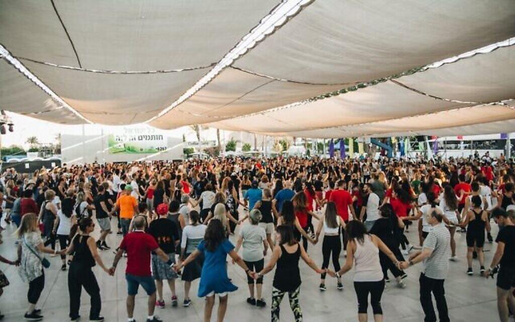 Une session de danse folklorique israélienne pendant le festival Bitnua, à Eilat, en Israël (Autorisation : Gadi Bitton/ via JTA)