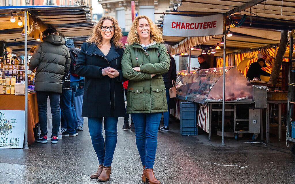 Sharon Heinrich, à gauche, et Gali Hadari gèrent Paris Chez Sharon. (Jcrédit ; érémie Korenfeld/via JTA)