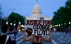 Des manifestants marchent le long de la Pennsylvania Avenue pour protester contre la mort de George Floyd, à Washington, le 29 mai 2020. (Crédit : AP / Evan Vucci)