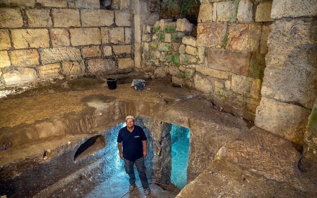 Le docteur Barak Monnickendam-Givon sur le site des fouilles a sous le Beit Strauss dans la Vieille Ville de Jérusalem, près du mur Occidental, en mai 2020 (Crédit : Yaniv Berman/Autorité israélienne des Antiquités)