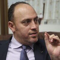 Husam Zomlot, envoyé palestinien à Washington, parle durant un entretien avec l'Associated Press à Washington, le 16 février 2018 (Crédit : AP Photo/Pablo Martinez Monsivais