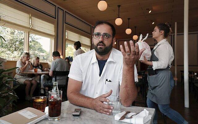 Alon Shaya s'exprime lors d'une interview avec l'Associated Press dans son restaurant Saba à la Nouvelle-Orléans, le 23 août 2018. (Gerald Herbert/AP)