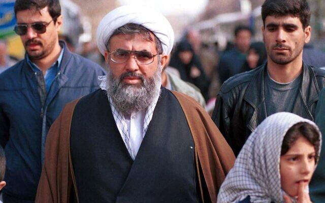 L'ancien ministre iranien des Renseignements Ali Fallahian, escorté par ses gardes du corps, à Téhéran le 22 décembre 2000. (Crédit : AP Photo/Hasan Sarbakhshian, Dossier)
