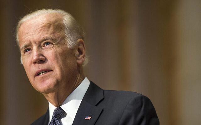 Le vice-président Joe Biden pendant un service de commémoration pour l'ancien Premier ministre israélien Shimon Peres à la congrégation Adas Israelà Washington, le jeudi 6 octobre 2016 (Crédit :  AP Photo/Zach Gibson)
