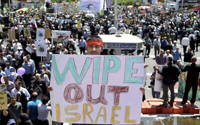 Un manifestant iranien pendant la journée d'Al-Qods, brandit une pancarte appelant à éradiquer Israël, à Téhéran le 8 juin 2018. (Crédit : AP Photo/Ebrahim Noroozi)