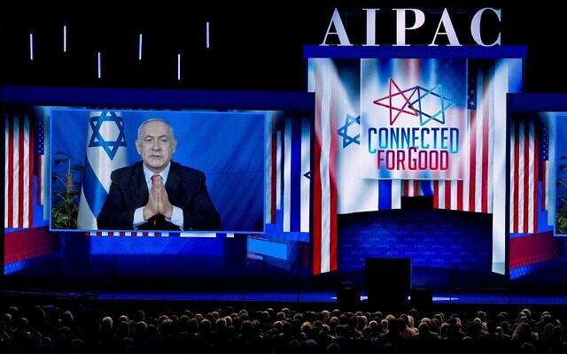 Le Premier ministre Benjamin Netanyahu s'exprime par vidéo depuis Israël lors de la conférence politique de l'American Israel Public Affairs Committee (AIPAC) de 2019, au Washington Convention Center, à Washington, le mardi 26 mars 2019. (AP Photo/Jose Luis Magana)