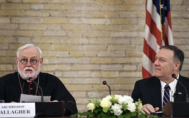 Mgr Paul Gallagher, Secrétaire du Saint-Siège pour les relations avec les Etats, est assis aux côtés du Secrétaire d'Etat américain Mike Pompeo lors de sa visite au Vatican, le mercredi 2 octobre 2019.(Andreas Solaro/Pool Photo via AP)