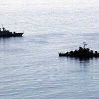 Deux navires de guerre iraniens s'approchent de la ville portuaire de Chahbahar, dans le sud-est de l'Iran, dans le golfe d'Oman, le 27 décembre 2019. (Crédit : Armée iranienne via AP)