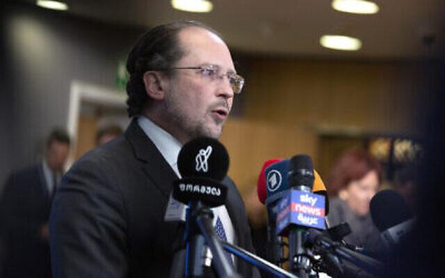 Le ministre autrichien des Affaires étrangères Alexander Schallenberg  s'exprime devant les médias à son arrivée à une réunion des ministres des Affaires étrangères européens à Bruxelles, le 20 janvier 2020 (Crédit : AP Photo/Virginia Mayo)
