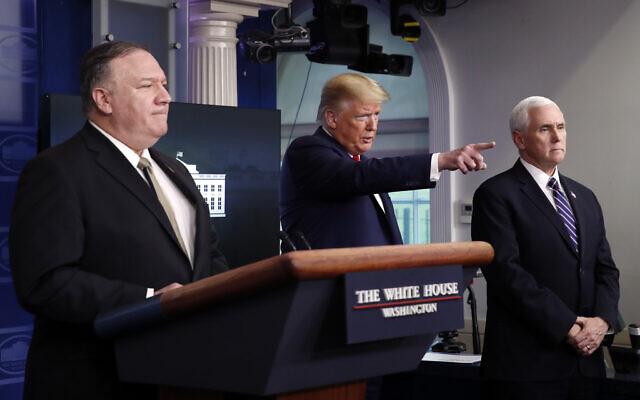 Le président américain Donald Trump lors d'une conférence de presse sur le coronavirus à la Maison Blanche en compagnie du secrétaire d'Etat Mike Pompeo et du vice-président Mike Pence,  le 8 avril 2020. (Crédit : AP Photo/Alex Brandon)