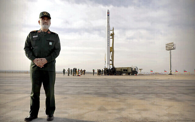 Le Gen. Amir Ali Hajizadeh, chef de la division aérospatiale des Gardiens de la révolution, devant une fusée iranienne transportant un satellite dans un site confidentiel qui se trouverait dans la province de Semnan. (Crédit : Sepahnews via AP)