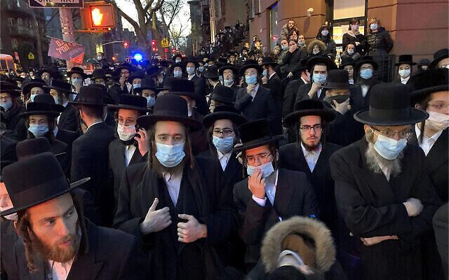 Des centaines de personnes en deuil se rassemblent dans le quartier de Brooklyn, à New York, le 28 avril 2020, pour assister aux funérailles du rabbin Chaim Mertz, un leader orthodoxe hassidique dont le décès serait lié au coronavirus. (Peter Gerber via AP)