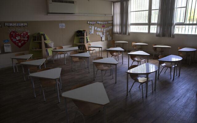 Une salle de classe vide dans une école primaire de Tel-Aviv, le 30 avril 2020 (Crédit : AP Photo/Sebastian Scheiner)
