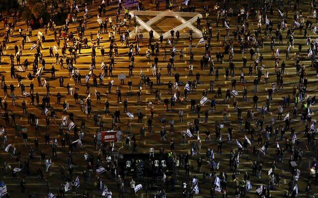 La population respecte la distanciation sociale en pleine crise du coronavirus lors d'une manifestation contre le Premier ministre Benjamin Netanyahu, Benny Gantz et la corruption du gouvernement sur la place Rabin à Tel Aviv, en Israël, le samedi 2 mai 2020.  (AP Photo/Ariel Schalit)
