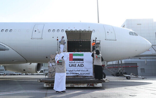 Un avion d'Etihad Airways rempli d'aide humanitaire pour les Palestiniens dans un contexte de pandémie de coronavirus est chargé à Abu Dhabi, aux Emirats arabes unis, le 19 mai 2020 (Crédit : WAM via AP)