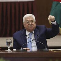 Le président de l'AP, Mahmoud Abbas, dirige une réunion de dirigeants à son siège, dans la ville de Ramallah en Cisjordanie, le 19 mai 2020. (Alaa Badarneh/Pool via AP)