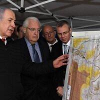 Le Premier ministre Benjamin Netanyahu, l'ambassadeur américain en Israël David Friedman, (au centre), et le ministre du Tourisme Yariv Levin lors d'une réunion pour discuter de l'extension de la souveraineté israélienne à des zones de la Cisjordanie, tenue dans l'implantation d'Ariel, le 24 février 2020. (David Azagury/ Ambassade des États-Unis à Jérusalem)