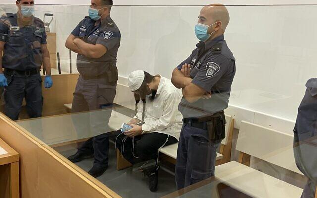 Amiram Ben-Uliel sà la cour de district de Lod, le 18 mai 2020 (Crédit : Jacob Magid/Times of Israel)