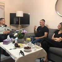 Le chef d'état-major de Tsahal Aviv Kohavi (à gauche) rend visite aux parents du soldat Amit Ben Ygal qui a été tué par une pierre lancée par un Palestinien lors d'une opération en Cisjordanie, le 28 mai 2020. (Armée israélienne)