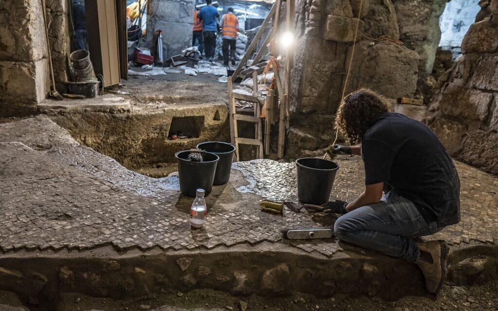 Les fouilles entreprises sous le Beit Strauss dans la Vieille Ville de Jérusalem, près du mur Occidental, en mai 2020 (Crédit : Shai HaLevi/Autorité israélienne des Antiquités)