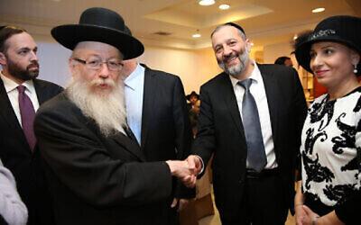 """Aryeh Deri, (à droite) leader du parti juif ultra-orthodoxe Shas, et Yaakov Litzma, membre du parlement de Yahadout HaTorah, aux """"Sheva Brachot"""" de la fille de Deri, qui s'est mariée en début de semaine à Jérusalem. Sheva Brachot - """"les bénédictions de mariage"""", dans la loi juive, sont des bénédictions qui sont récitées pour une mariée et son époux. Le 23 décembre 2015. (Photo par Yaacov Cohen/FLASH90)"""