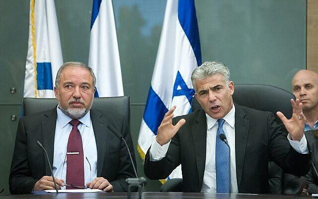 Yair Lapid (à droite), leader de Yesh Atid, et Avigdor Liberman, leader du parti Yisrael Beytenu, à la Knesset, le 29 février 2016. (Miriam Alster/Flash90)