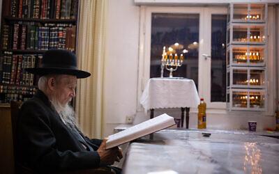 Le rabbin Gershon Edelstein, chef de la yeshiva Ponevezh, chez lui après avoir allumé les bougies de Hanoukka, le 5 décembre 2018. (Aharon Krohn/Flash90)
