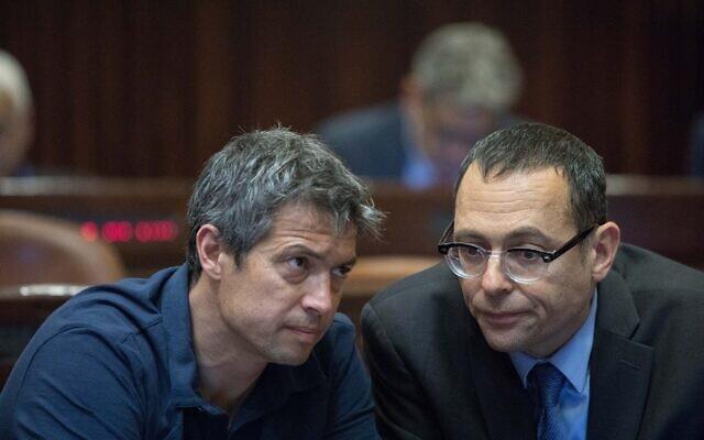 Les députés Kakhol lavan Yoaz Hendel (à gauche) et Zvi Hauser le 29 avril 2019, avant l'ouverture de la session de la Knesset après les élections. (Crédit : Noam Revkin Fenton/Flash90)
