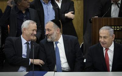 Le président du parti Shas et ministre de l'Intérieur Aryeh Deri, (au centre), le Premier ministre Benjamin Netanyahu (à droite) et le leader de Kakhol lavan Benny Gantz, à la Knesset, le 4 novembre 2019. (Hadas Parush/Flash90)
