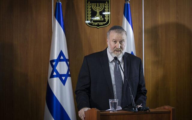 Le procureur général Avichai Mandelblit donne une conférence de presse au ministère de la Justice à Jérusalem, annonçant sa décision de faire juger le premier ministre Benjamin Netanyahu pour corruption, escroquerie et abus de confiance dans trois affaires de corruption, le 21 novembre 2019. (Hadas Parush/FLASH90)