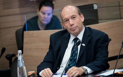 Le contrôleur de l'Etat Matanyahu Englman lors d'une réunion de la commission des Finances à la Knesset, le 9 décembre 2019 (Crédit : Yonatan Sindel/ Flash90)