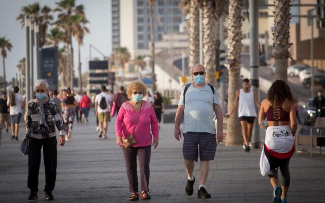 Des Israéliens profitent de la promenade de la plage de Tel Aviv, les restrictions concernant les coronavirus ayant été légèrement levées. Le 1er mai 2020. (Miriam Alster/Flash90)
