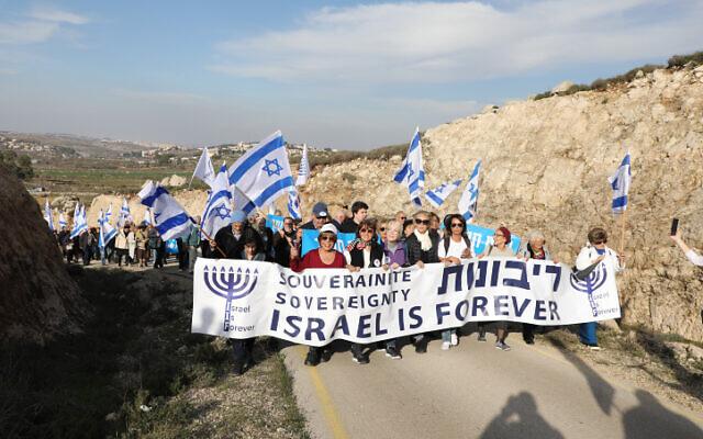 Des partisans de l'annexion marchent en Cisjordanie, au sud de Jérusalem, le 27 février 2020. (Crédit : Gershon Elinson/ Flash90)