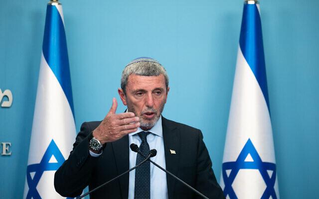 Le ministre de l'Education Rafi Peretz s'exprime lors d'une conférence de presse au bureau du Premier ministre à Jérusalem, le 12 mars 2020. (Crédit : Olivier Fitoussi/Flash90)