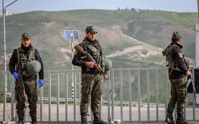 Les forces palestiniennes de sécurité à un barrage routier de la ville de Bethléem, en Cisjordanie, le 19 mars 2020 (Crédit : Wisam Hashlamoun/Flash90)