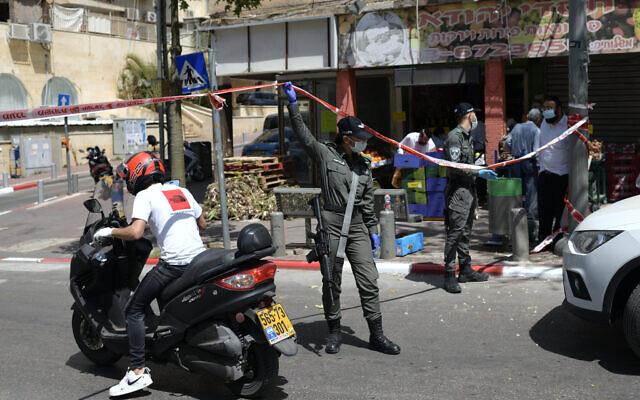 Des agents de la police des frontières effectuent un contrôle des conducteurs à la sortie de la ville ultra-orthodoxe de Bnei Brak, le 3 avril 2020. (Gili Yaari /Flash90)