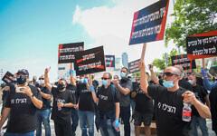 Des employés d'El Al protestent contre l'intention de l'entreprise de retirer des fonds des caisses d'indemnisation des salariés, devant le tribunal régional de Bat Yam, le 30 avril 2020. (Flash90)