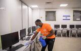 Un employé nettoie et désinfecte une salle de classe à l'école primaire Lova Eliav de Rishon Letzion, le 30 avril 2020 (Crédit : Flash90)