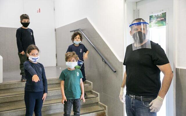 Des écoliers israéliens portent des masques de protection pour leur retour à l'école pour la première fois depuis l'apparition du coronavirus, le 3 mai 2020 à Jérusalem. (Photo d'Olivier Fitoussi/Flash90)